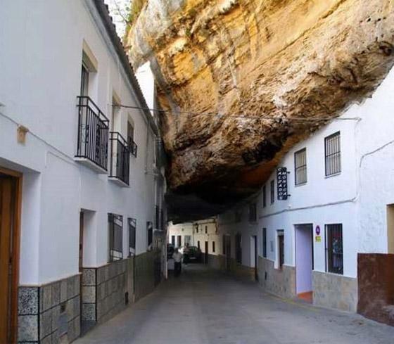Un carrer de Setenil, amb sostre de roca