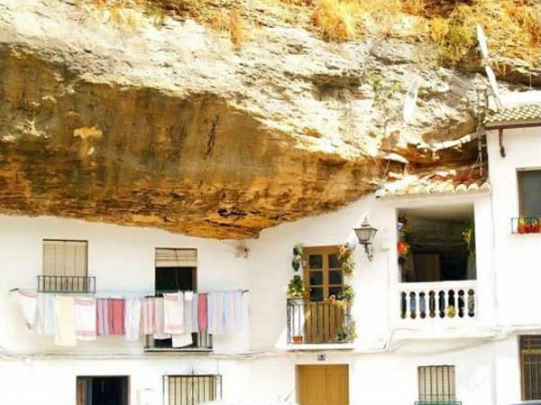 Casa a Setenil, baix la muntanya
