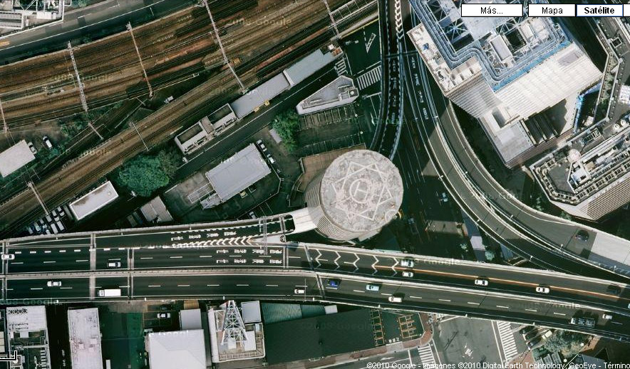 Captura en Google Maps de la Hanshin Expressway entrant al Tower Building d'Osaka