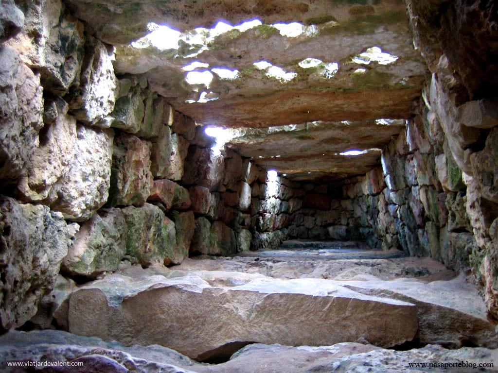 Interior de la Naveta des Tudons, a Menorca