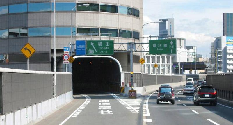El túnel de la Hanshin Expressway al seu pas per dins del gratacels a Osaka