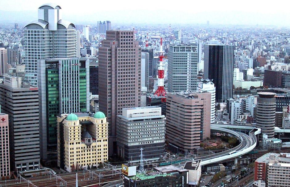 Vista general d'Osaka, amb l'autopista passant per dins del Tower Building