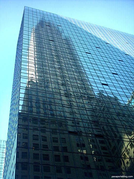 Gratacels Chrysler Building de Nova York reflexat a l'edifici de davant