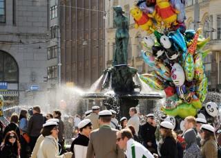 Encontre junt a l'estatua Havis Amanda en Helsinki el primer de maig