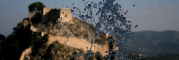 El castell de Xàtiva, darrere l'aigua